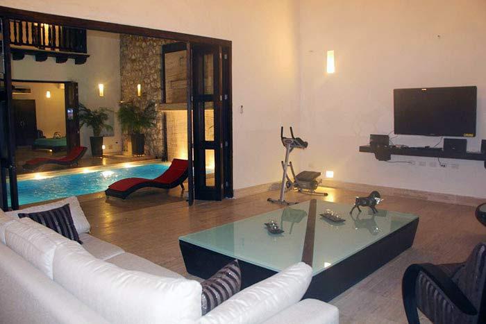 Piscina en patio central casa colonial Cartagena de Indias