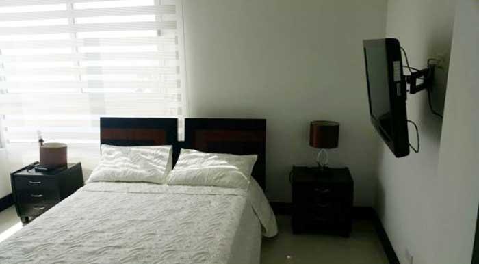 Vista de cama y mesa de noche