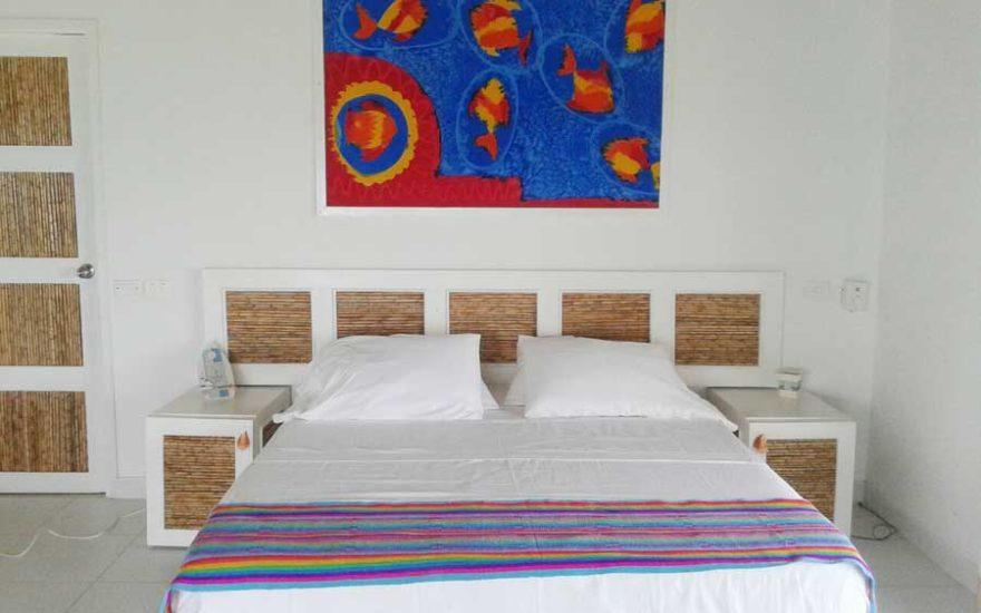 Habitación cama grande Isla San Bernardo Colombia