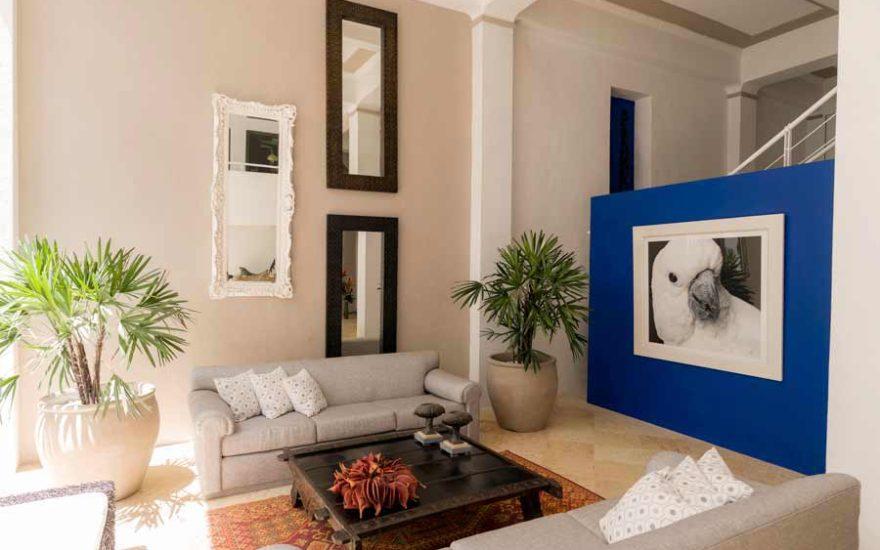 Sala con acceso a piscina casa en cartagena
