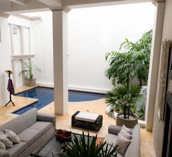 Vista piscina privada en casa de lujo