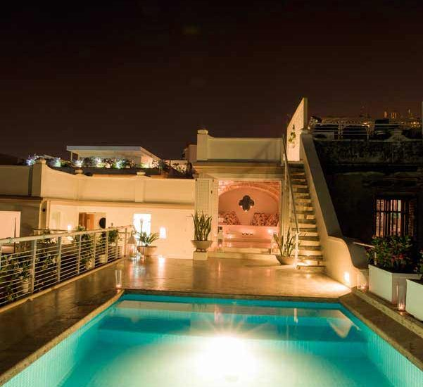 Vista noche piscina en casa en cartagena de indias