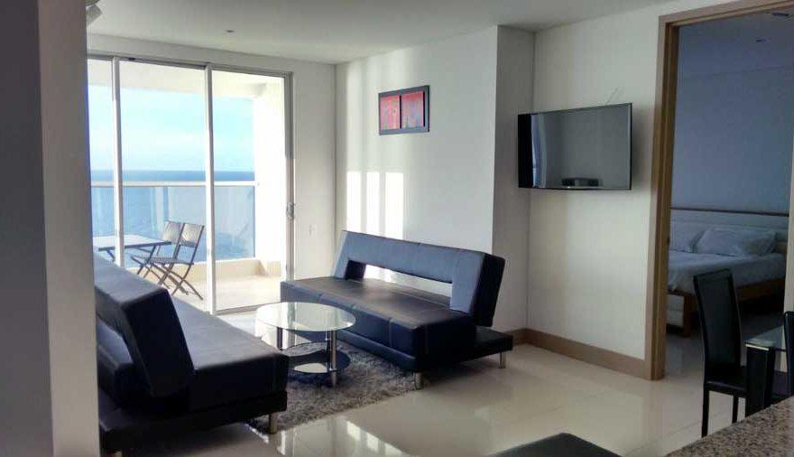 Vista de sala con Tv y Sofas Apartamento Palmetto Beach Cartagena de Indias