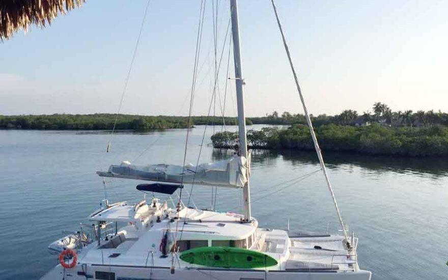Catamaran en muelle privado Islas del Rosario