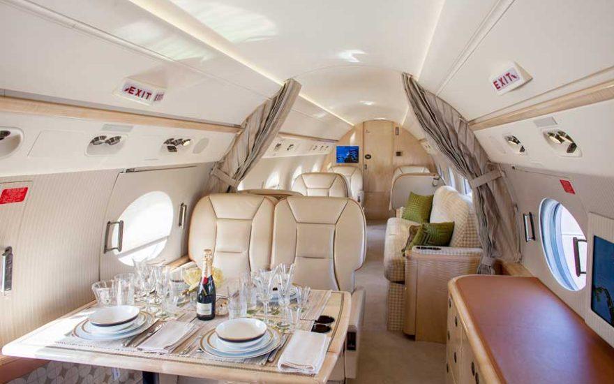 Interior avión privado en Colombia