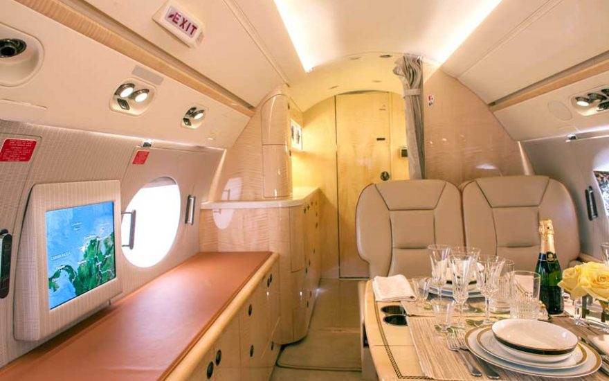 sillones y mapa de vuelo avión privado en Cartagena Colombia