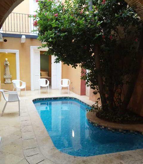 Patio con piscina en Casa Colonial
