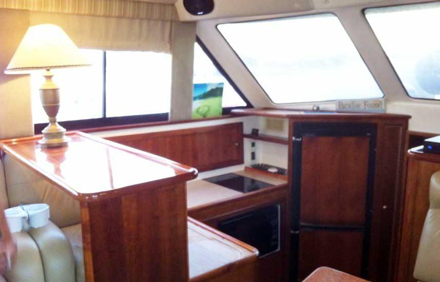 Entrada a cabina interior bote de pesca