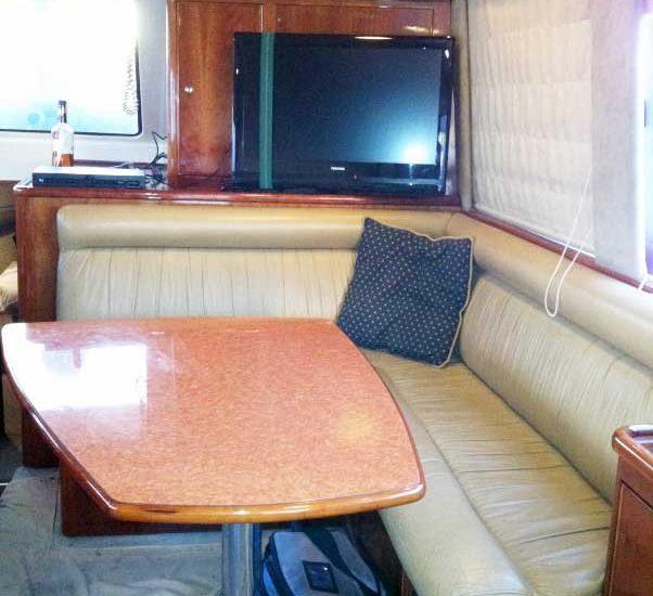 Muebles y tv de bote de pesca en Cartagena Colombia