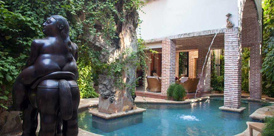 Piscina con escultura de Fernando Botero